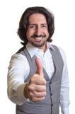 Moderner arabischer Mann, der sich Daumen zeigt Lizenzfreie Stockfotos