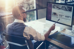 Moderner Arbeitsplatz bärtiger Geschäftsmann-Analyzes Business Strategys Junger Mann, der den Startdesktop bearbeitet Unter Verwe Stockbild
