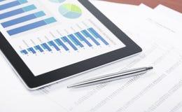Moderner Arbeitsplatz mit der digitalen Tablette, die Diagramm zeigt Stockfotografie