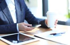 Moderner Arbeitsplatz mit digitalem Tablet-Computer Lizenzfreie Stockfotografie