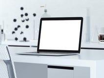 Moderner Arbeitsplatz mit geöffnetem Laptop Wiedergabe 3d Lizenzfreies Stockbild