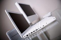 Moderner Arbeitsplatz mit weißem Laptop u. Computer. Bis Stockfotografie