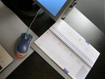 Moderner Arbeitsplatz. Schreibtisch, Computer, Notizbuch Lizenzfreie Stockfotografie