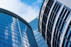 Moderner Architekturgebäudeäußerhintergrund bewölkt Himmelreflexion in den Wolkenkratzern Stockbild