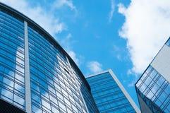 Moderner Architekturgebäudeäußerhintergrund bewölkt Himmelreflexion in den Wolkenkratzern Lizenzfreie Stockbilder