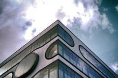 Moderner Art Skycraper Hamburg-Himmelminimalismus lizenzfreie stockfotos