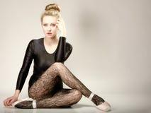 Moderner Artfrauen-Balletttänzer in voller Länge stockbilder