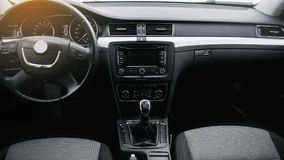 Moderner Autoinnenraum Lenkrad, Armaturenbrett, Geschwindigkeitsmesser, Anzeige stockbilder