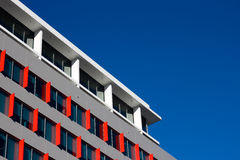 Moderner Büro-Kontrollturm und blauer Himmel Stockbild