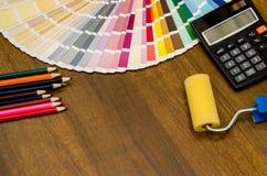Moderner Büroarbeitsplatz mit Bürsten, berechnen, Bleistifte und Farbmuster Stockfoto