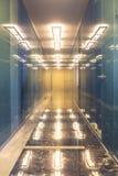 Moderner Büroinnenraum mit Reflexionen Stockfoto
