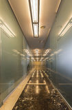 Moderner Büroinnenraum mit Reflexionen Lizenzfreie Stockfotos