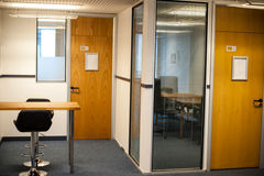 Moderner Büroinnenraum und -kabinen stockfotos