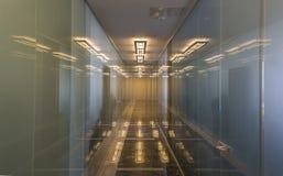 Moderner Bürokorridor mit Glastüren Lizenzfreie Stockfotografie