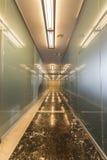 Moderner Bürokorridor mit Glastüren Stockfoto