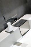 Moderner Badezimmerhahn Stockbild