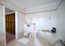 Moderner Badezimmerinnenraum Stockfoto