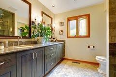 Moderner Badezimmerinnenraum mit großem Kabinett und zwei Spiegeln Stockfoto