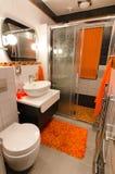 Moderner Badezimmerinnenraum - vertikale Ansicht Lizenzfreie Stockfotografie