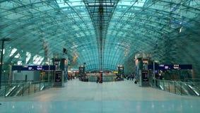 Moderner Bahnhof nahe Frankfurt-Flughafen stockbild