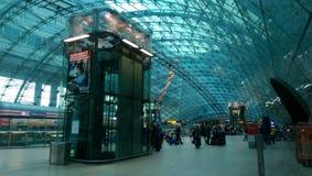 Moderner Bahnhof nahe Frankfurt-Flughafen lizenzfreie stockfotos
