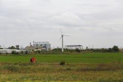 Moderner Bauernhof ausgerüstet mit Windkraftanlage stockfoto