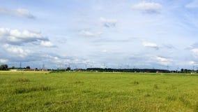 Moderner Bauernhof ausgerüstet mit Windkraftanlage stockbild
