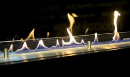 Moderner Bio-fireplot Kamin auf Äthanolgas lizenzfreie stockfotos