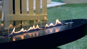 Moderner Bio-fireplot Kamin auf Äthanolgas stock video