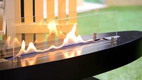 Moderner Bio-fireplot Kamin auf Äthanolgas Smart ökologisch stock video