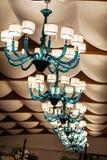 Moderner blauer Glasleuchter für Hotelinnenraum lizenzfreies stockfoto