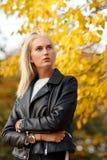 Moderner Blick von jungen Blondinen in der schwarzen Lederjacke Stockfotografie
