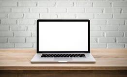 Moderner Computer, Laptop mit leerem Bildschirm auf Wandziegelstein stockfotografie