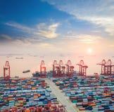 Moderner Containerbahnhof an der Dämmerung Lizenzfreie Stockfotografie