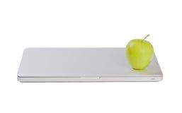 Moderner dünner Laptop mit grünem Apfel lizenzfreies stockbild