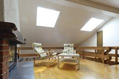 Moderner Dachboden mit entspannendem Bereich Stockfoto
