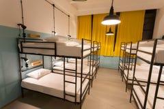 Moderner Dachboden mit Etagenbetten in der Jugendherberge mit Schlafsaalräumen Lizenzfreies Stockfoto
