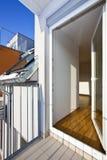 Moderner Dachboden mit geöffneter Terrassetür Stockbild