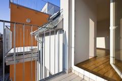 Moderner Dachboden mit geöffneter Terrassetür Lizenzfreie Stockfotos