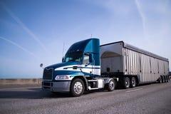 Moderner des Blaus LKW halb mit Tagesfahrerhaus und Massenanhänger auf intersta lizenzfreies stockbild