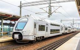 Moderner Doppeldeckerzug in Sodertalje-syd Station Stockfoto