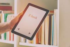 Moderner ebook Leser und Bücher stockfotografie