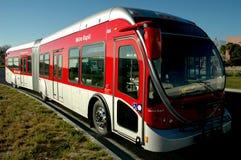 Moderner entfalteter Bus Lizenzfreie Stockfotografie
