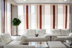 Moderner entworfener minimalistic Innenraum des Wohnzimmers stockbild