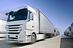 Moderner europäischer LKW mit Sattelschlepperkonvoi ein   Lizenzfreie Stockfotografie