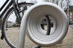 Moderner Fahrradhalter stockfoto