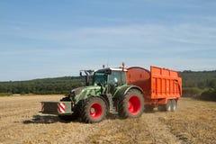 Moderner Fendt-Traktor, der orange Anhänger zieht Lizenzfreies Stockfoto
