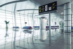 Moderner Flughafen-Abfahrt-Aufenthaltsraum stockfoto