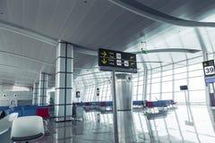 Moderner Flughafen-Abfahrt-Aufenthaltsraum stockbilder