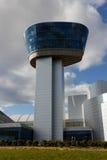 Moderner Flughafen-Kontrollturm an der Smithonian Luft und dem Platz lizenzfreie stockbilder